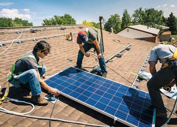Devez vous installer vous-même vos panneaux solaires ? Ou passer par un professionnel ?