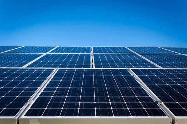 Comment fonctionne un système de panneaux solaires ?