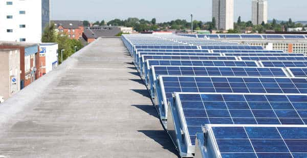 Panneaux solaires sur un toit plat industriel